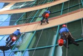 Обслуживание зданий промышленными альпинистами